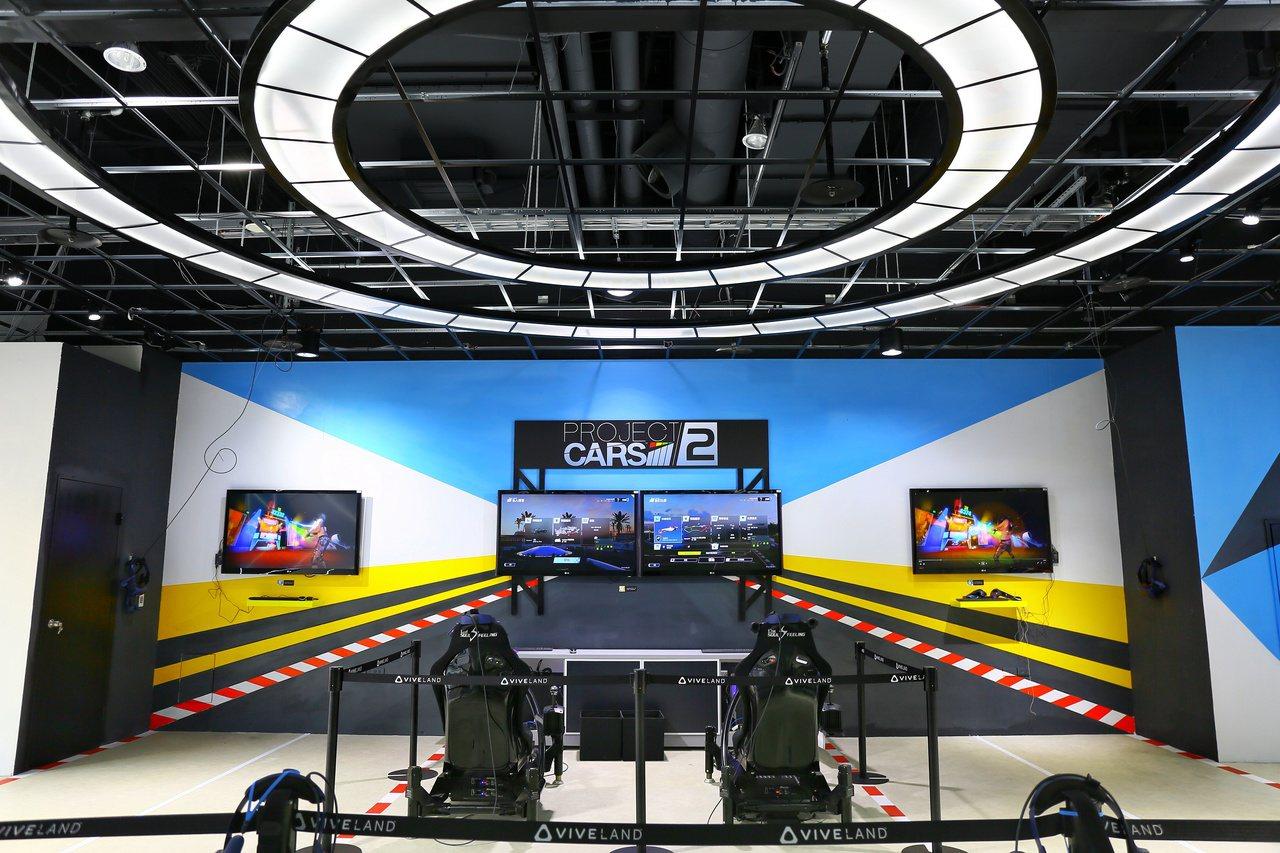 受到許多男性玩家喜愛的競速賽車遊戲,完整賽車座位裝置體驗駕駛操控快感。圖/HTC...