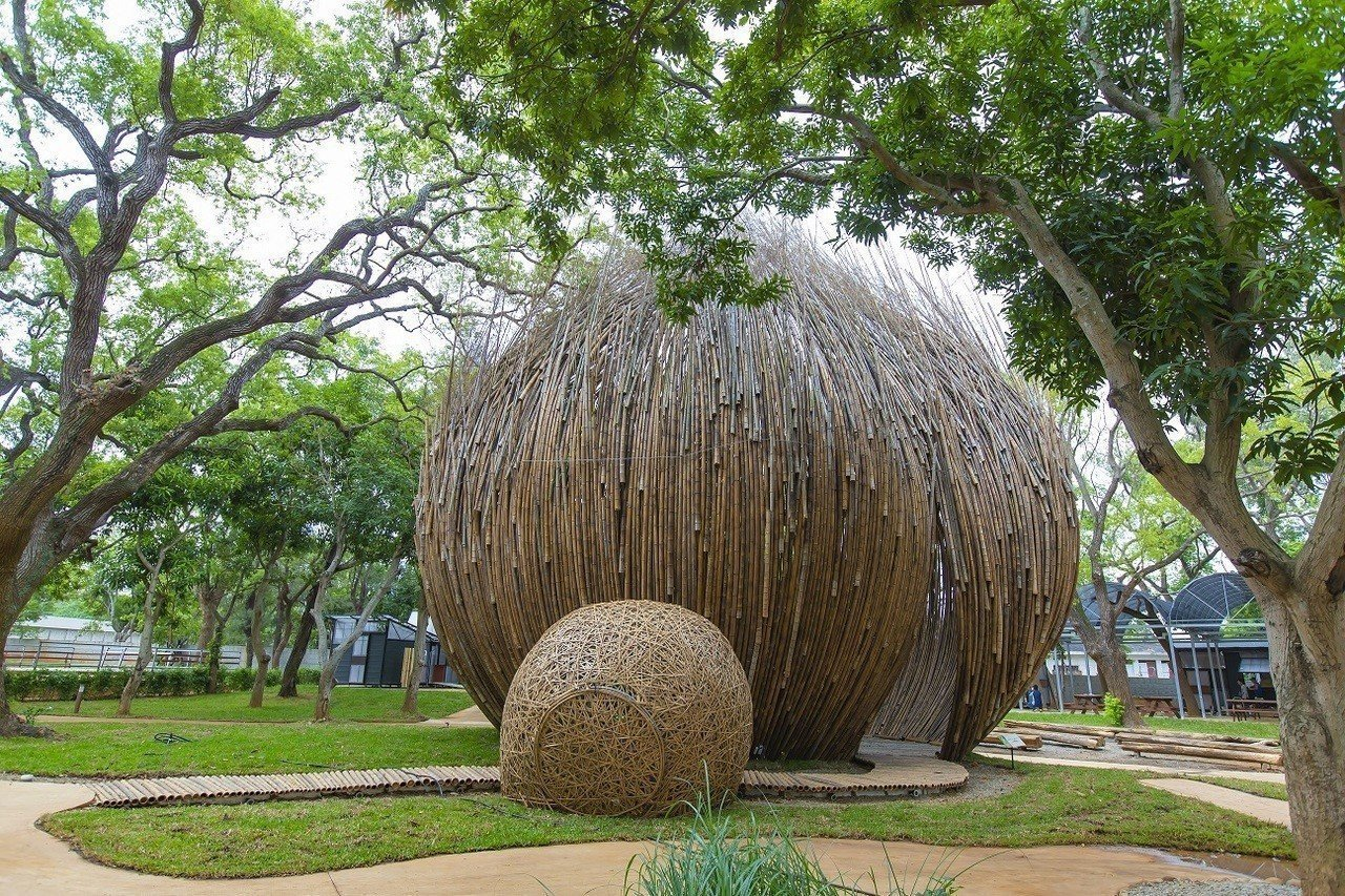 台中世界花卉博覽會將於11月3日揭幕。圖為藝術家林舜龍創作的《籽仔-從天上掉下了...