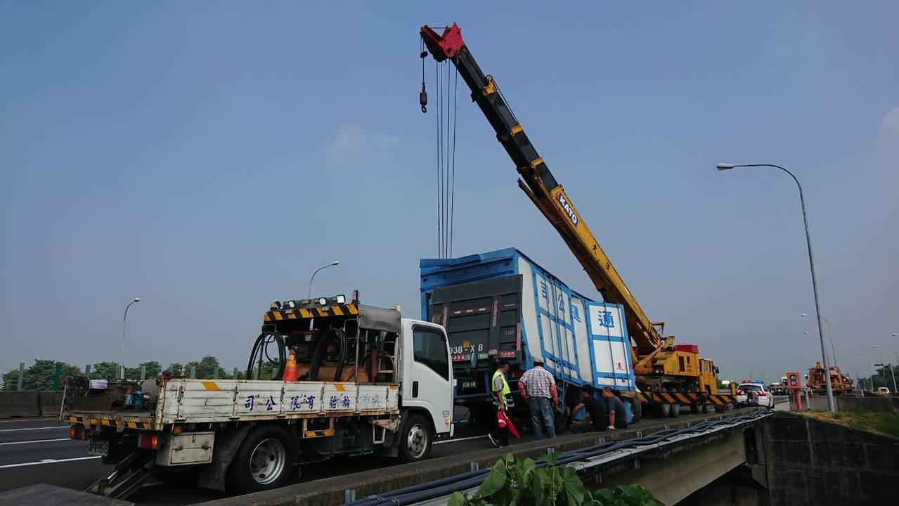 彭姓司機駕駛的大貨車,摔落在中山高邊坡旁橋下3米深大排,今天上午才用吊車吊起。記...