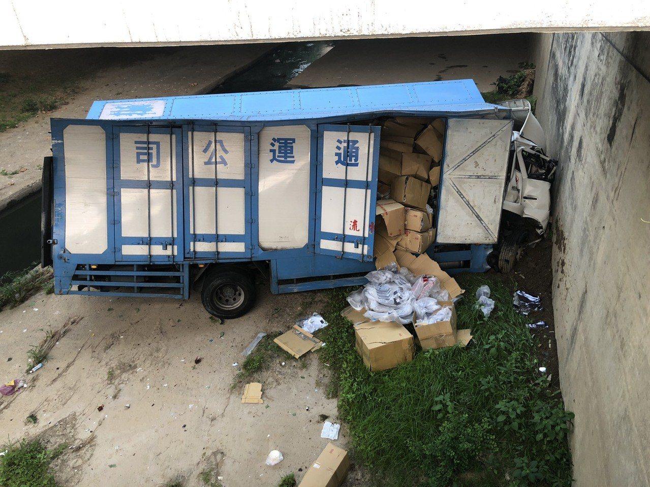 彭姓司機駕駛的大貨車,今天清晨6時許被發現,摔落在中山高北上257公里邊坡旁橋下...
