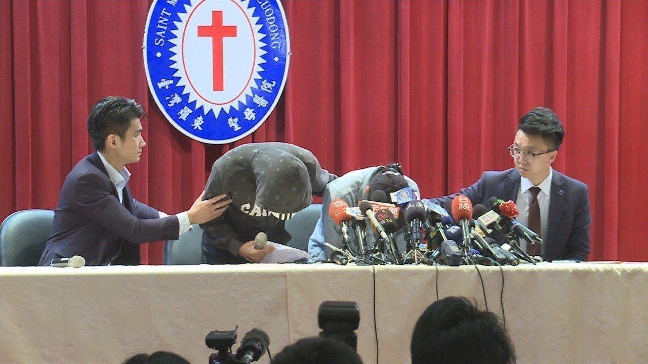 台鐵普悠瑪司機尤振仲兒女在律師陪同下,代表父親向社會大眾鞠躬道歉。記者顏凱勗/攝...