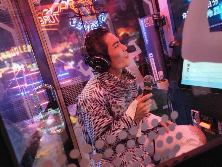 蕭敬騰在「耍light」MV拍攝現場首度體驗個人KTV電話亭,唱到欲罷不能。圖/...