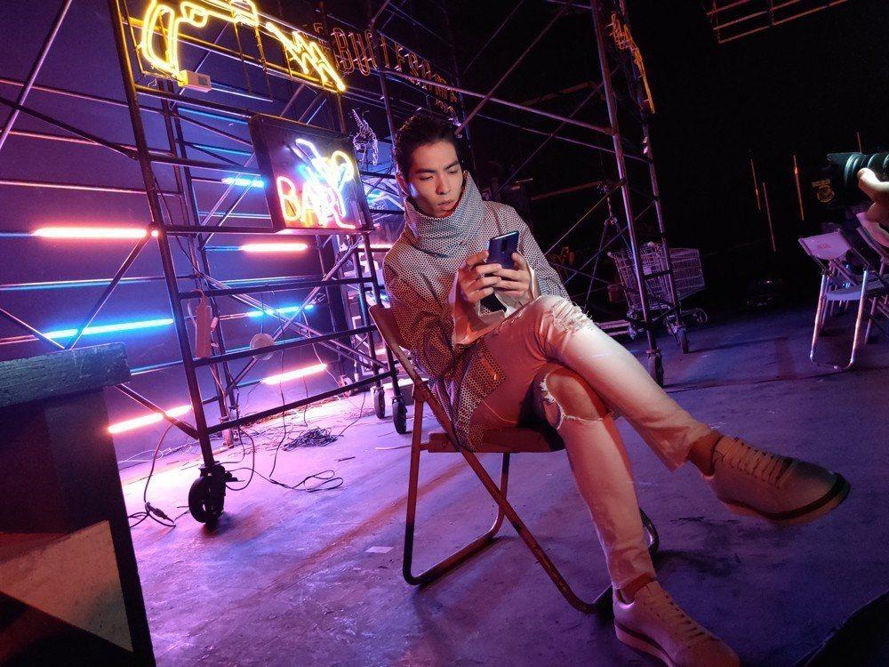OPPO 明星夥伴蕭敬騰(圖中)與獅子合唱團團員鄒強於R17系列主題曲「耍lig
