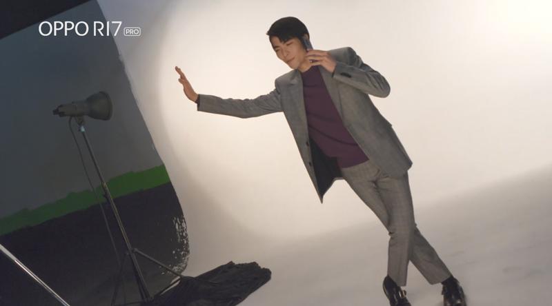 蕭敬騰戲稱自己追求完美超敬業,拍攝還自備特製道具「國王的牆壁」,逗得拍攝現場工作...