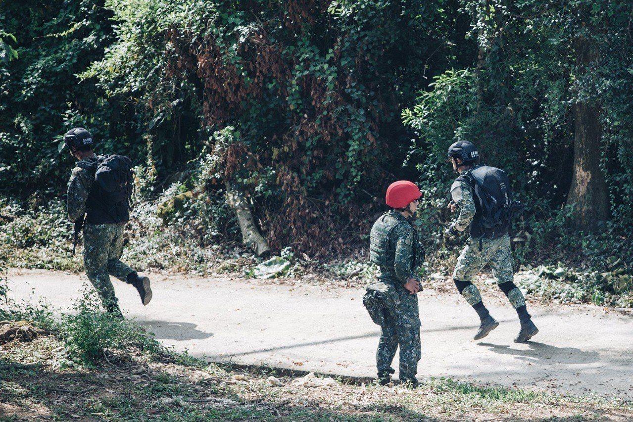特勤隊員必須在限定秒數内,接續進行狙擊槍、步槍、手槍的射擊。圖/軍聞社