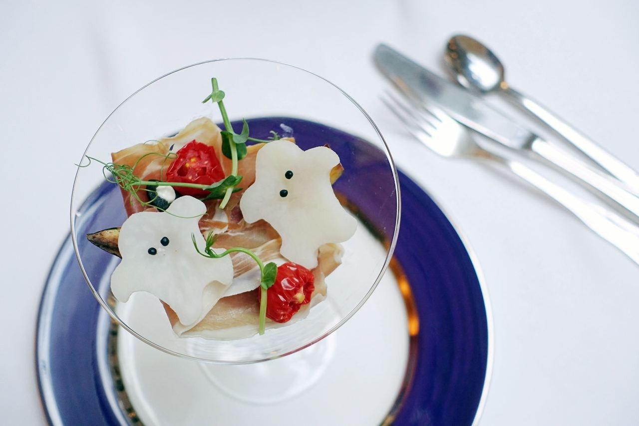 帕馬火腿、蜜烤南瓜製成的開胃菜,擺上洋芋切片做成的Q版小鬼魂。記者沈佩臻/攝影