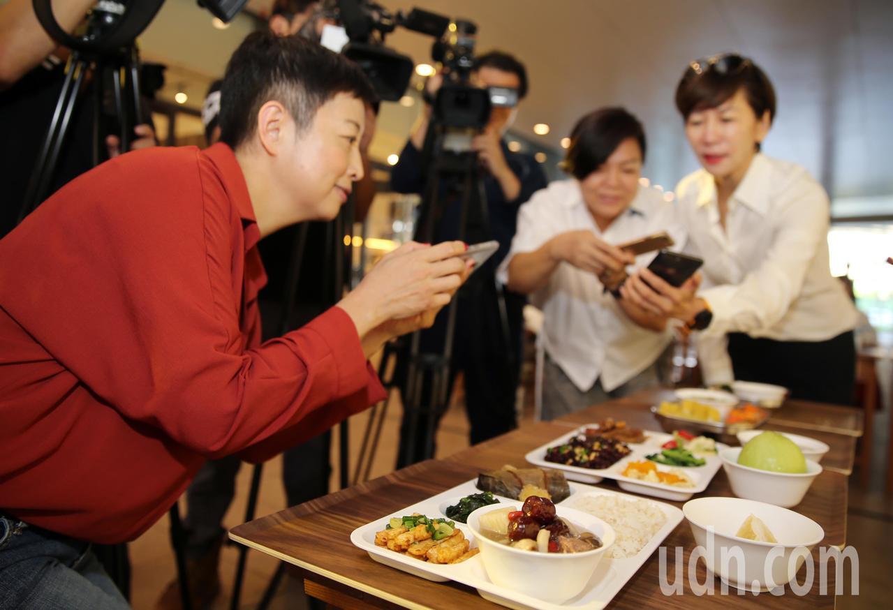 富邦文教基金會執行董事陳藹玲(右一)與出席來賓觀看台灣學校午餐大賽得獎的營養午餐...