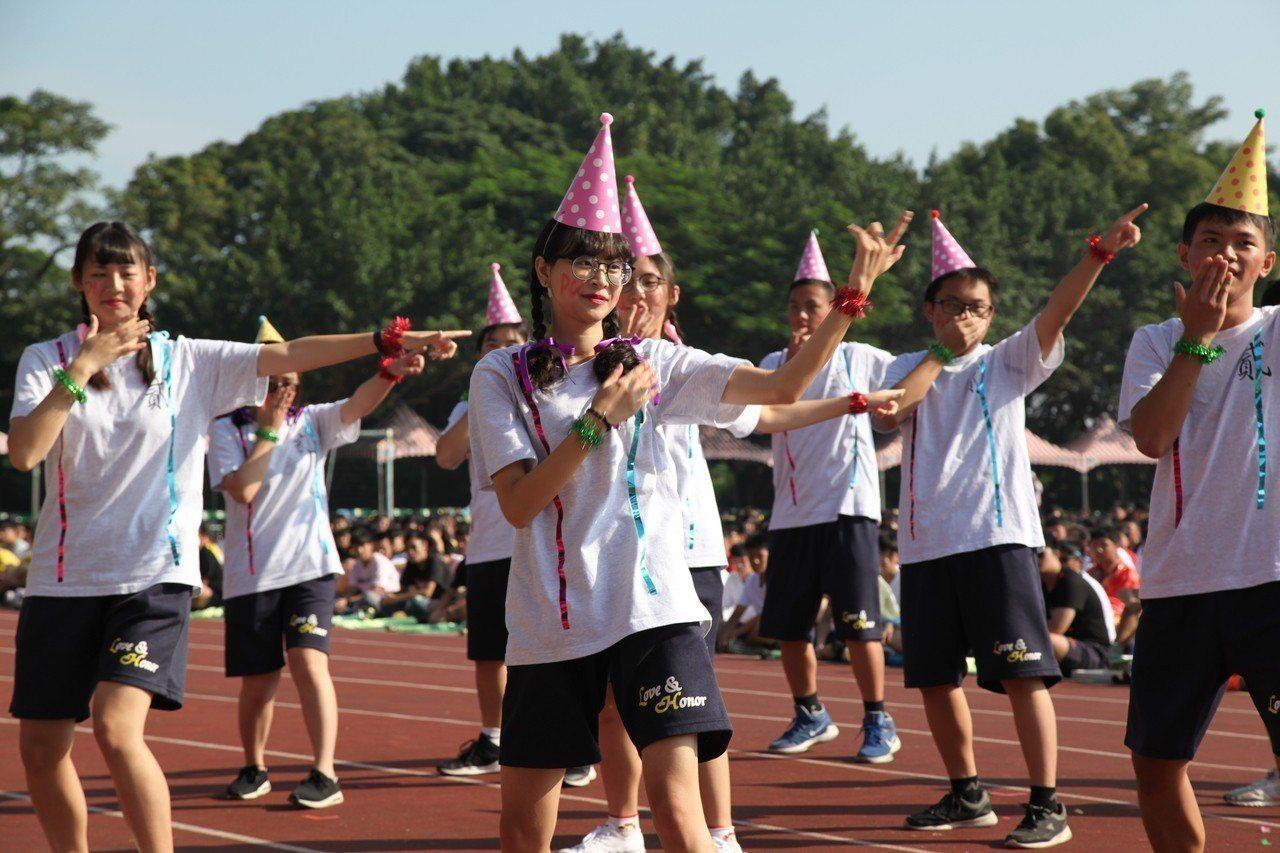 學生們在校慶盡情揮灑打扮和表演。圖/六和高中提供
