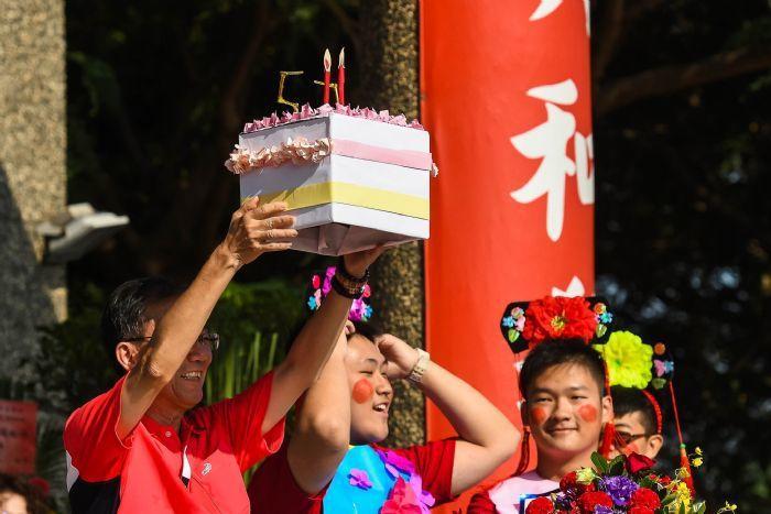 六和高中建校62周年校慶,校長林繼生代表師生捧起蛋糕祝生日快樂。圖/六和高中提供