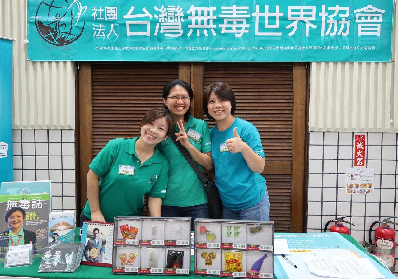 台灣無毒世界協會為學生宣導反毒。記者徐如宜/攝影