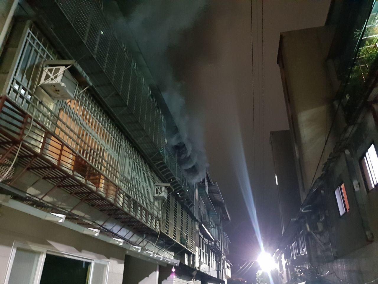 基隆市復興路230巷一棟公寓3樓,今天晚間7點多發生火警。記者游明煌/翻攝