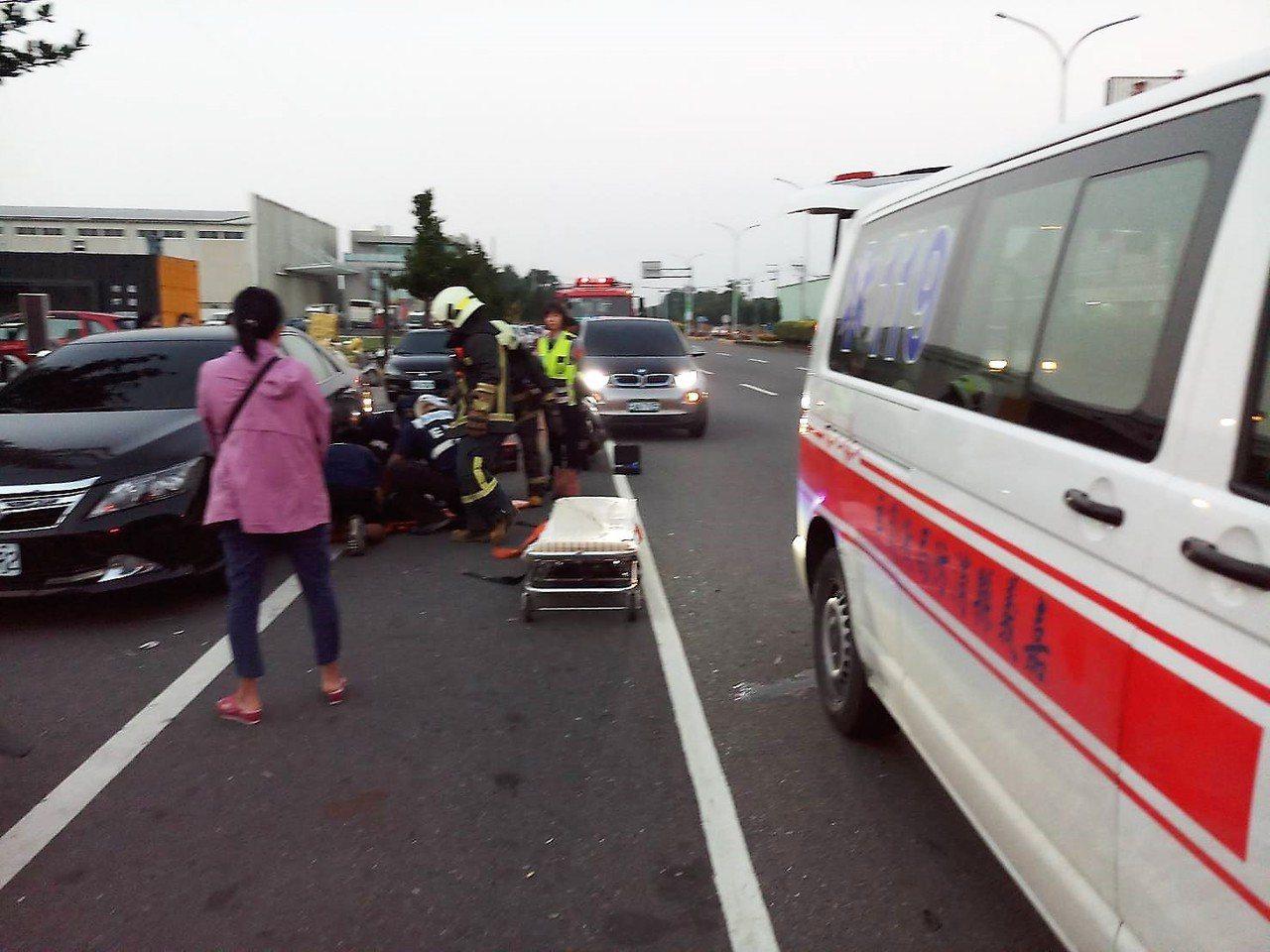 女子被噴飛摔在路旁一輛自小客車下,頭剛好卡在車底,嘉義縣民雄消防分隊趕到場救援。...