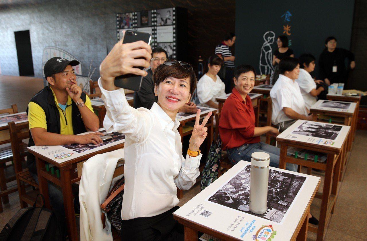 富邦文教基金會執行董事陳藹玲(前)今天出席「學校午餐時光機影像展」開幕式,與出席...