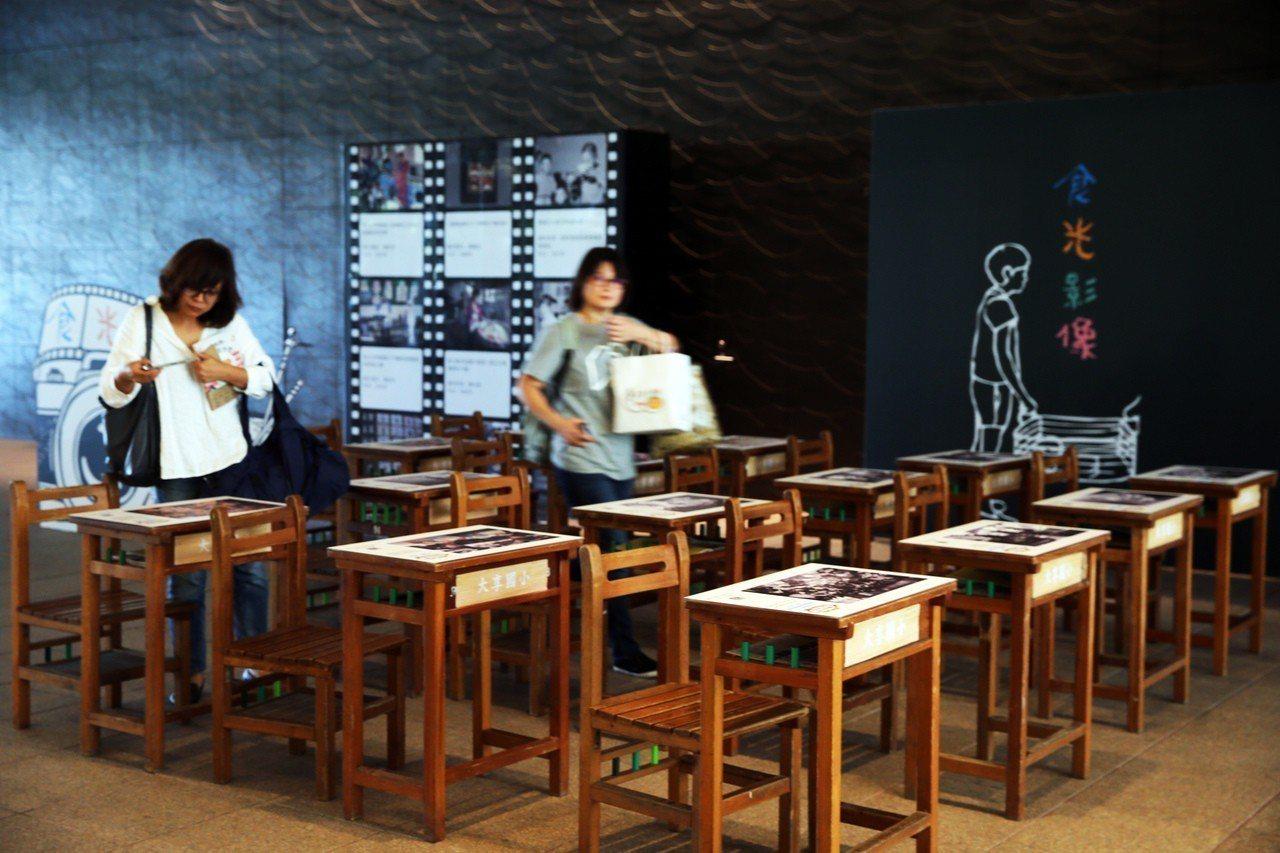 大享食育協會今天在台北文創大樓一樓穿廊舉行「學校午餐時光機影像展」。記者徐兆玄/...