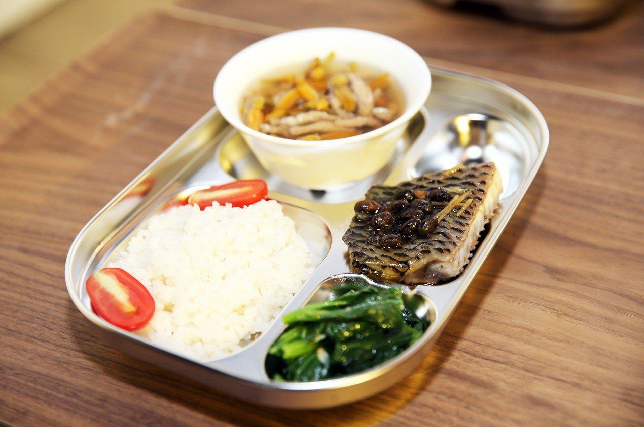 「學校午餐時光機影像展」開幕式展出營養午餐。記者徐兆玄/攝影