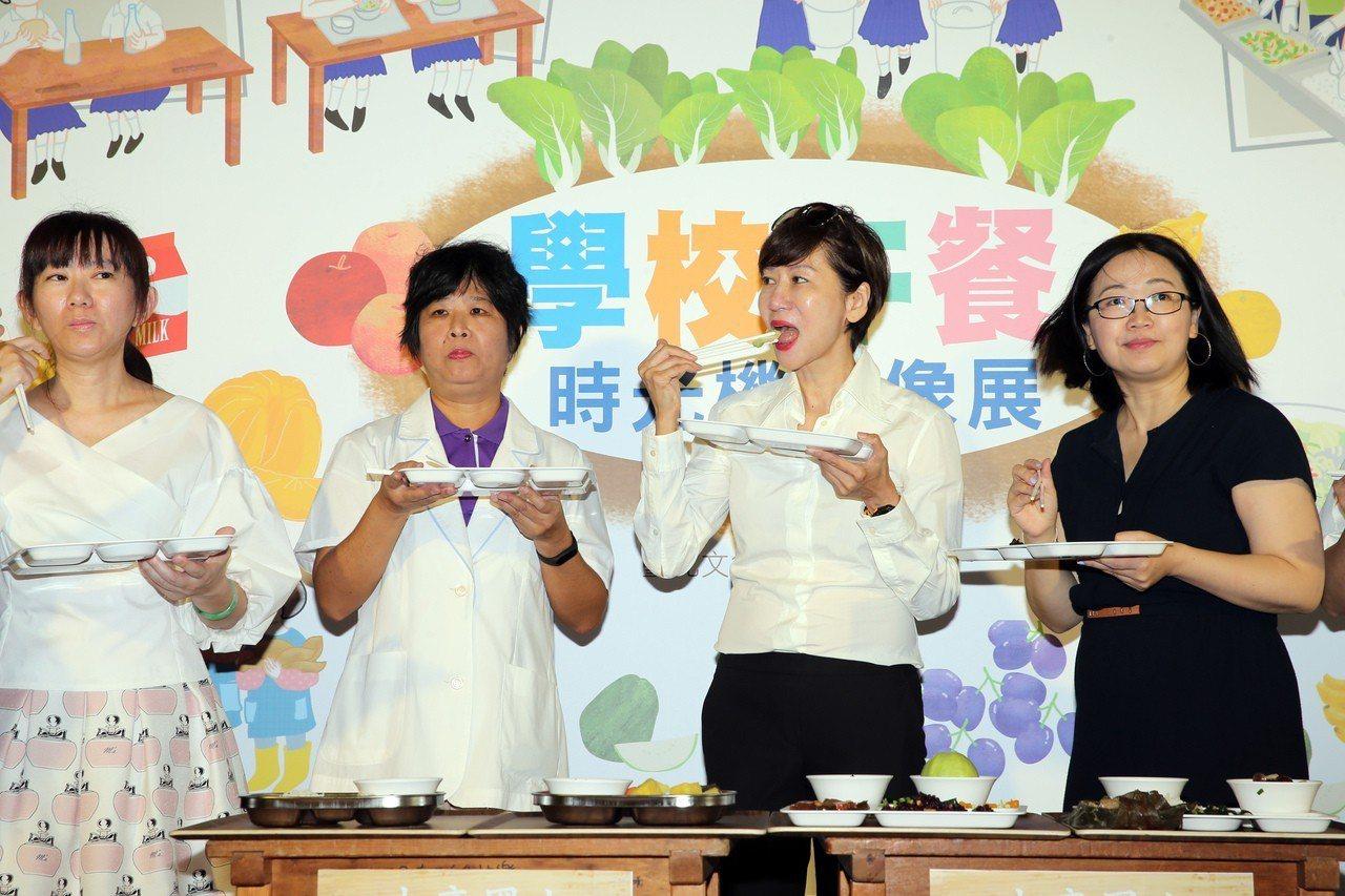 富邦文教基金會執行董事陳藹玲(右二)今天出席「學校午餐時光機影像展」開幕式,與出...
