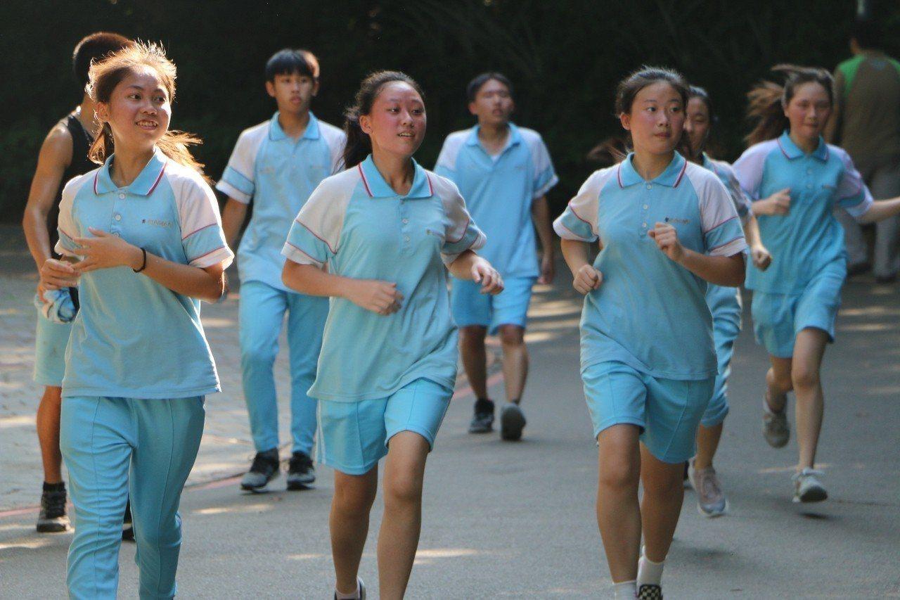 學生換上運動服,進行5公里的路跑。圖/光復中學提供