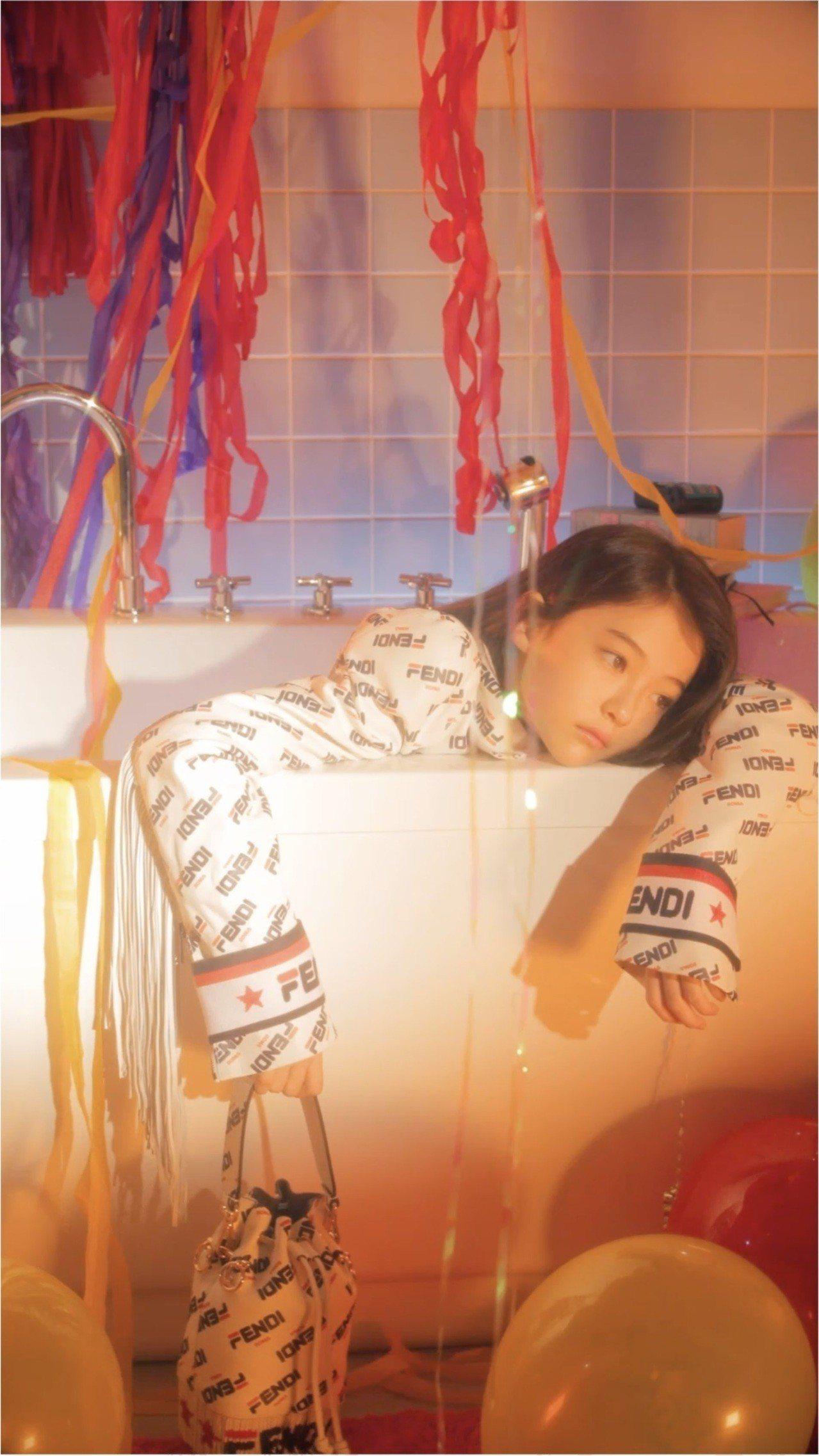 Ella Gross詮釋Mania系列,拍出超模的神采。圖/FENDI提供