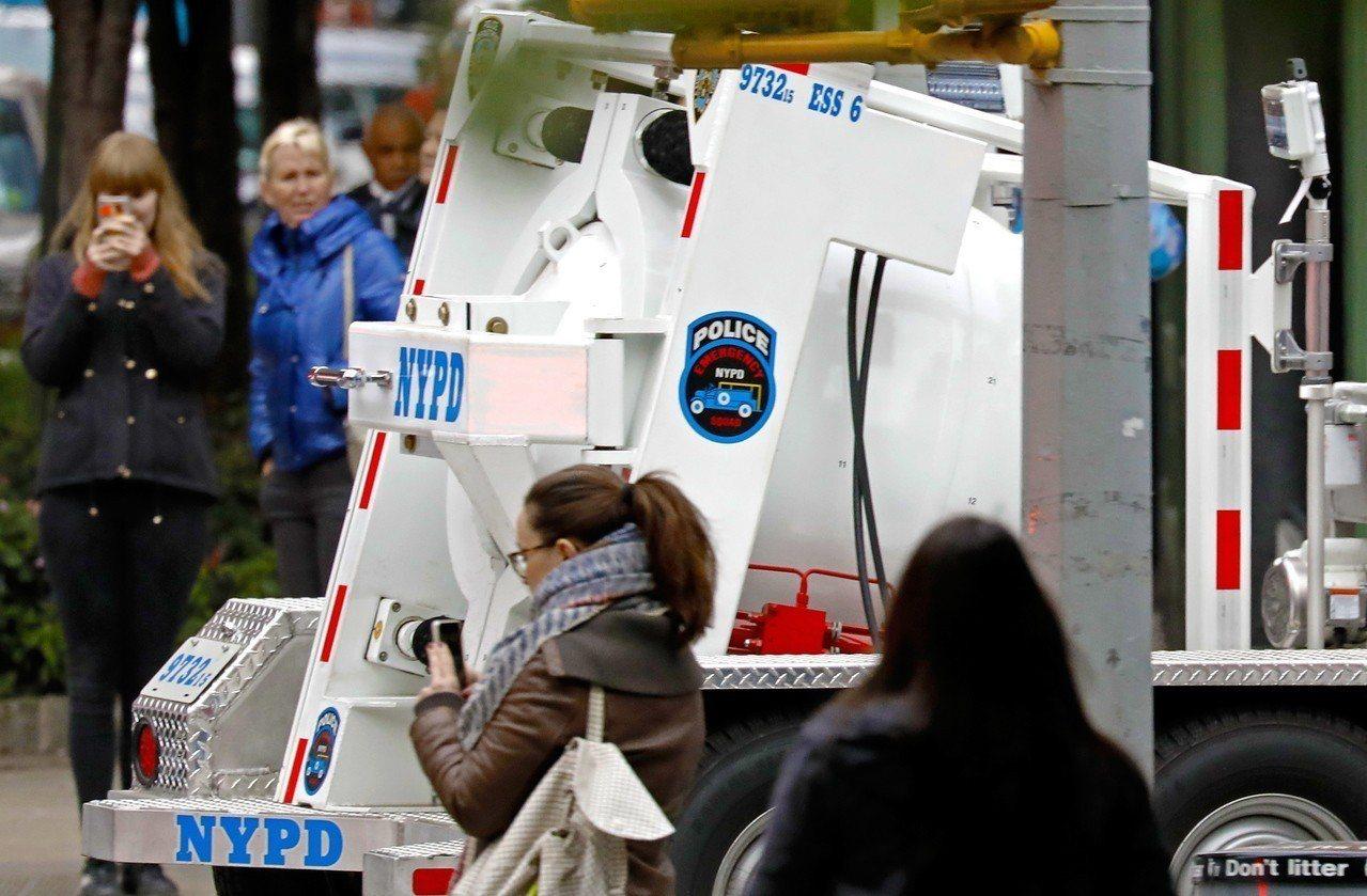 紐約市警方26日處理郵件爆裂物,這是24日以來的第12件。歐新社