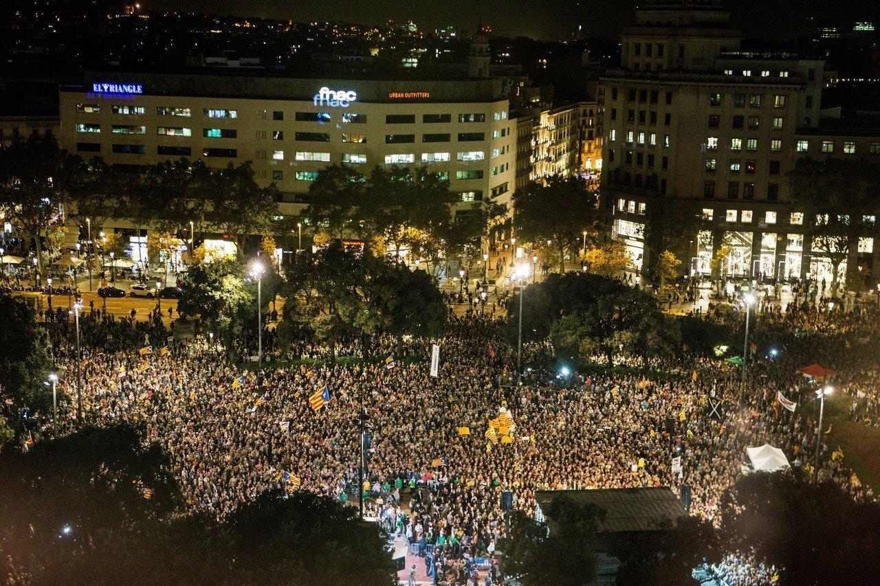 加泰隆尼亞獨派團體16日號召民眾走上巴塞隆納街頭,要求釋放遭關押的獨派領袖。(歐...