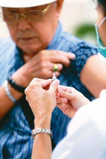 老年人易有慢性病,為肺炎高危險族群,醫師建議施打疫苗。 圖/本報資料照片
