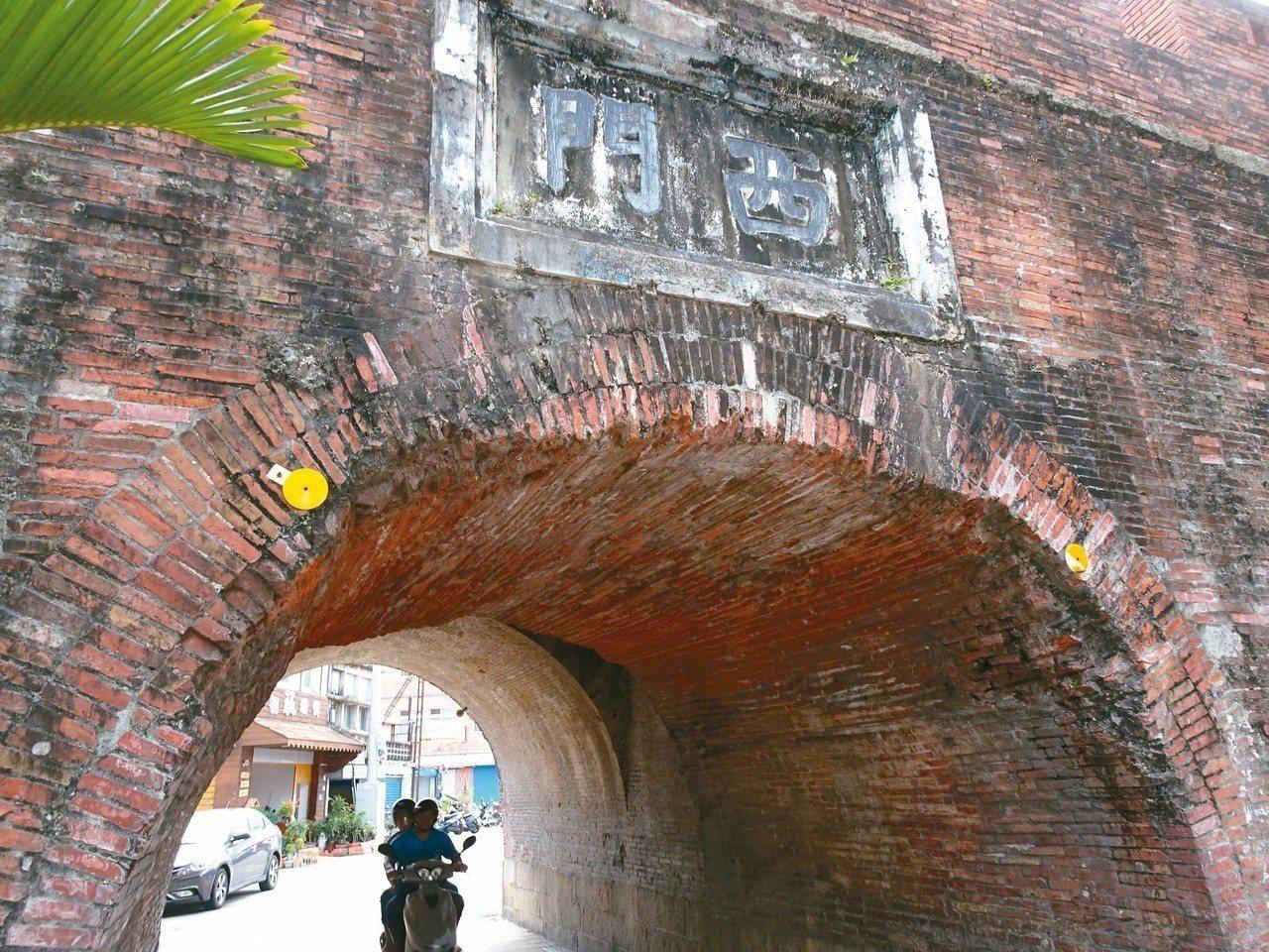 屏東恆春古城是國定古蹟,最近不時有改裝的選舉宣傳車不小心撞上,城門頂滿布遭刮傷的...
