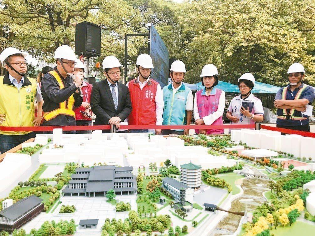 台南市代理市長李孟諺(左三)昨視察竹溪景觀工程進度,右岸景觀工程已完成,左岸則將...