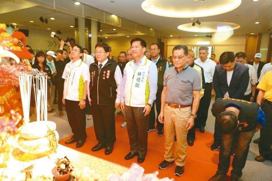 台中市長林佳龍(中)後援會請來彰化南瑤宮「老大媽」加持。 圖/林佳龍競選總部提供