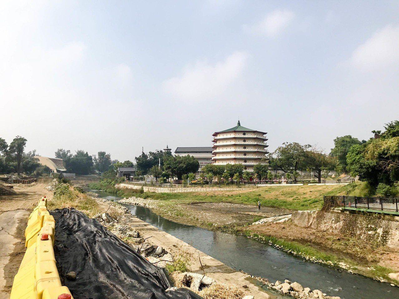 流經台南市東區、南區的竹溪右岸景觀工程已完成,左岸則將施作共融式遊樂設施等,並新...