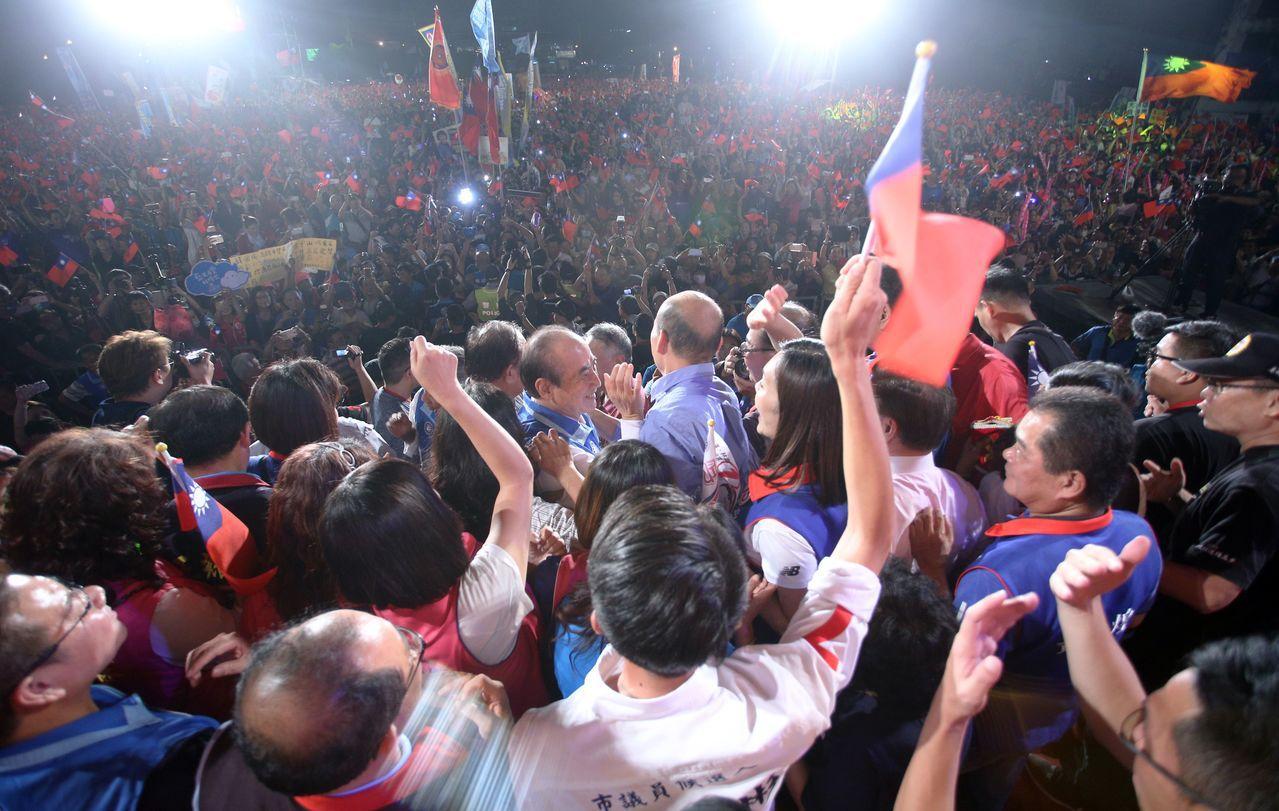 國民黨高雄市長候選人韓國瑜昨晚在鳳山舉辦造勢晚會,會場人潮爆滿,鄰近交通大打結。...
