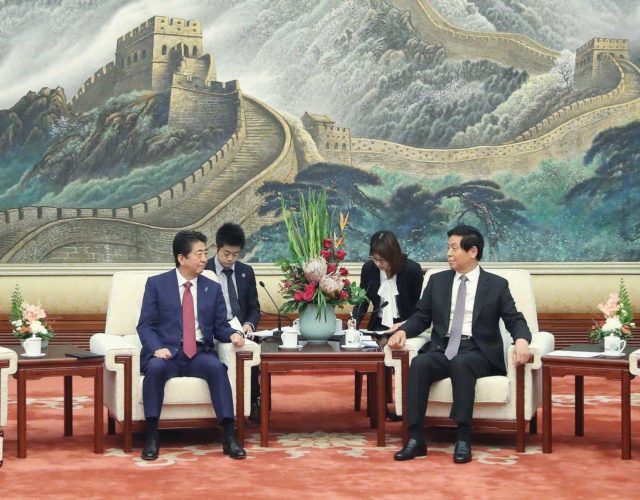 大陸全國人大常委會委員長栗戰書(右)昨天在北京人民大會堂會見日本首相安倍晉三。 ...