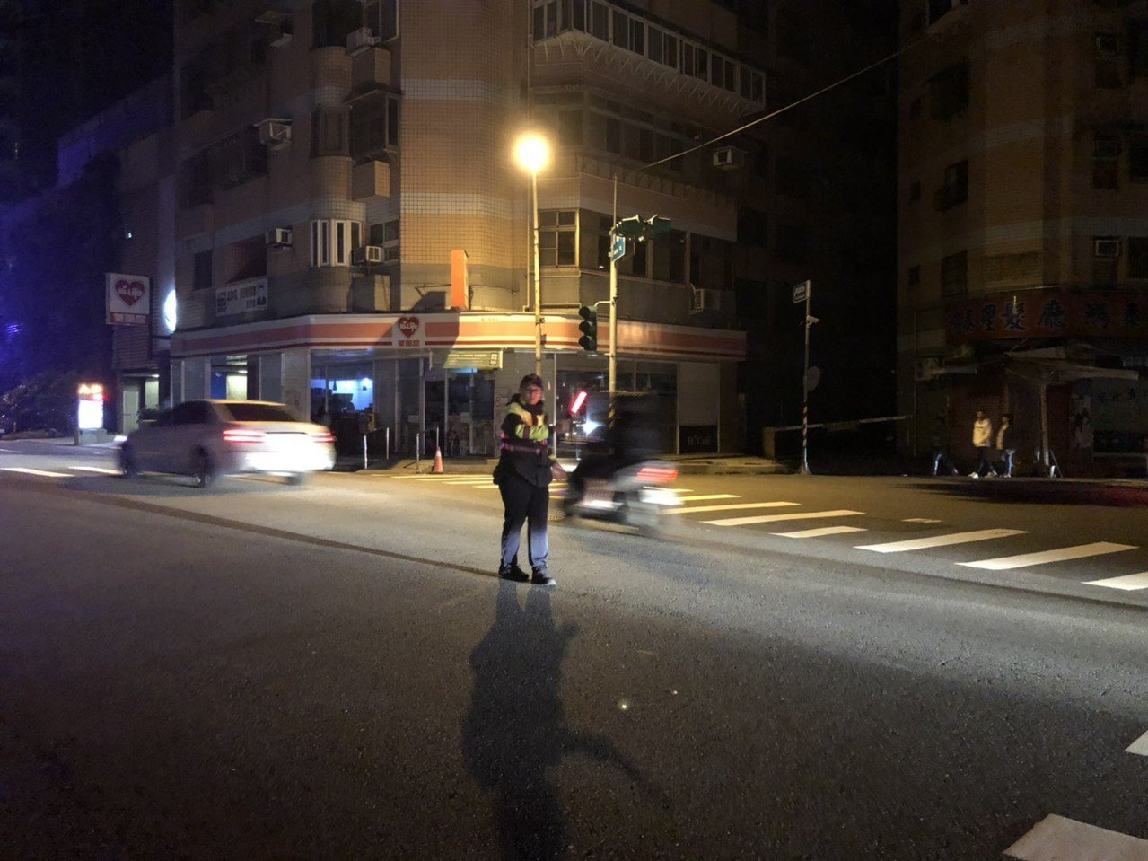 桃園蘆竹南崁地區大停電,警方派員至路口加強疏導。圖/警方提供