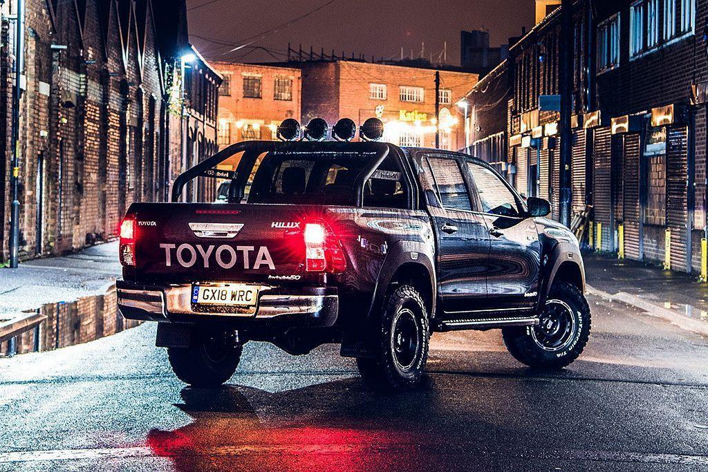 Toyota Hilux Invincible 50 Limited Edition貨斗除加裝粗壯的金屬防滾架外,上頭配上四個大功率LED照射燈。 圖/Toyota提供