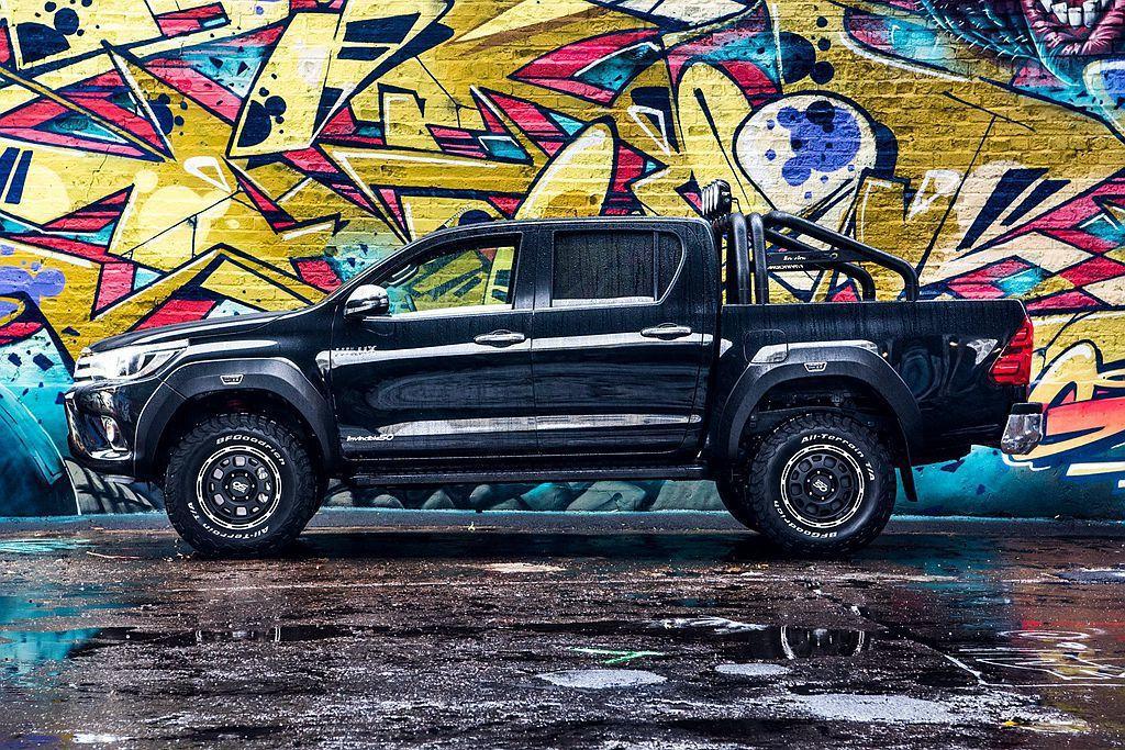 換上Bilstein高性能越野懸吊系統,搭配專用合金輪圈及BF Goodrich KO2全地形輪胎,使這輛Toyota Hilux Invincible 50 Limited Edition前軸增加40mm、後軸抬升20mm。 圖/Toyota提供