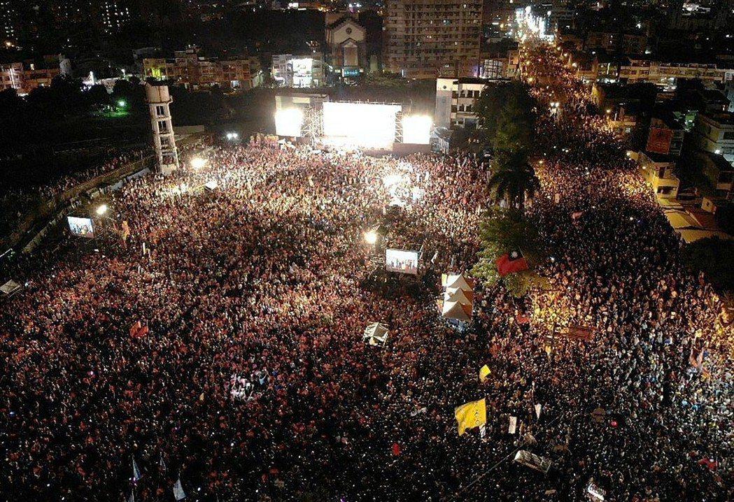 高雄市長選舉比人氣,國民黨候選人韓國瑜26日晚間在鳳山舉辦造勢晚會,現場湧進五萬...
