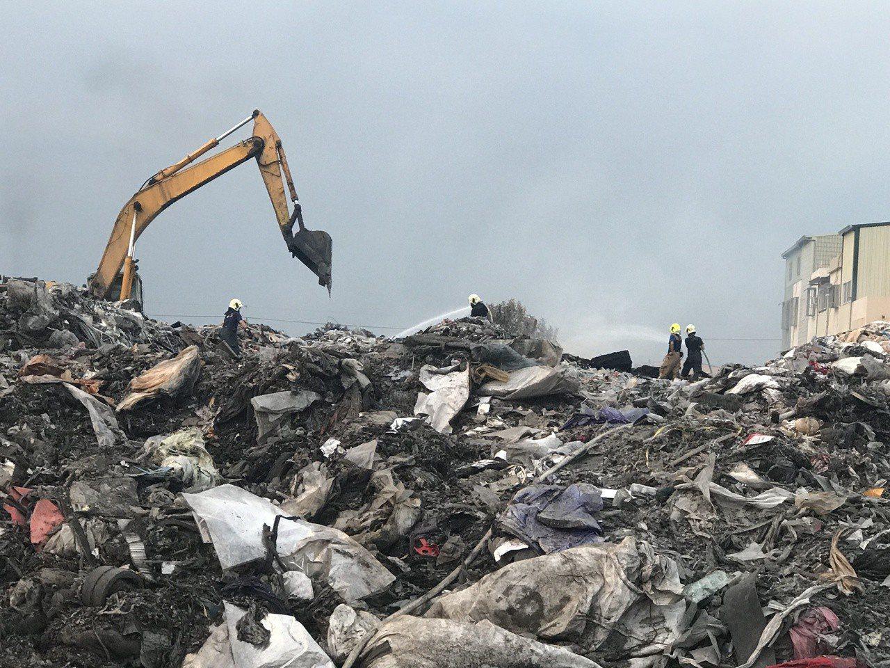 廠區倉庫堆置非法廢棄物品,今年10月初接連發生火警,消防人員疲於奔命處理。圖/報...