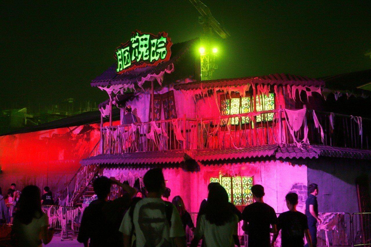 設於南洋蠱村內的「胭魂院」鬼屋。記者陳睿中/攝影