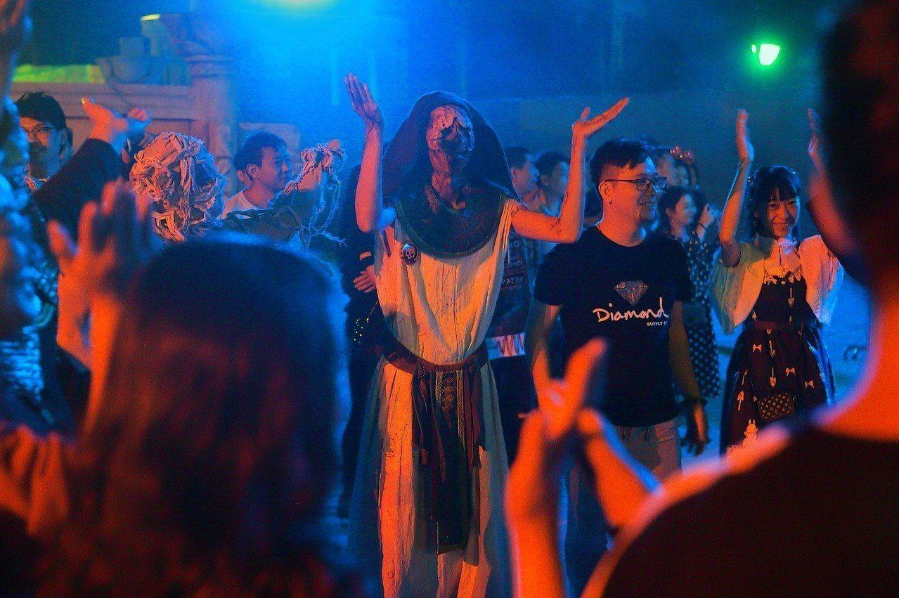 各種恐怖裝扮的猛鬼,也會與觀眾們一起跳舞同歡。記者陳睿中/攝影