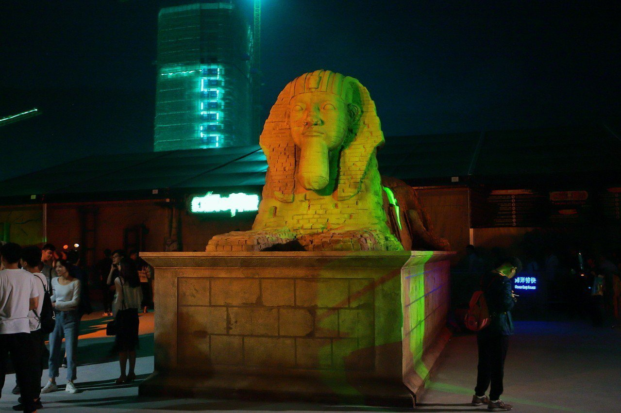 尼羅河古鎮還有人面獅身像供玩家拍照。記者陳睿中/攝影