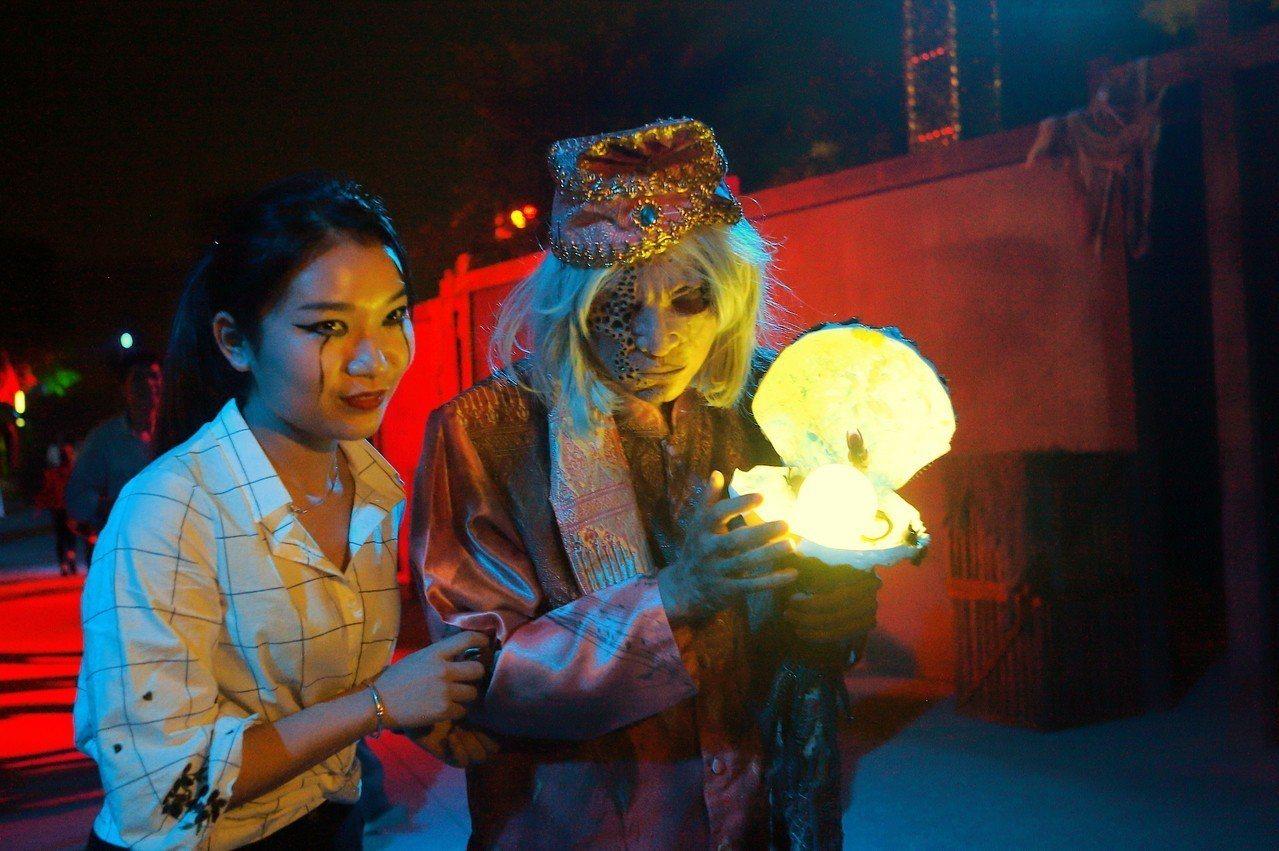 除了會場內的妖魔鬼怪外,也有遊客專程畫上鬼妝。記者陳睿中/攝影