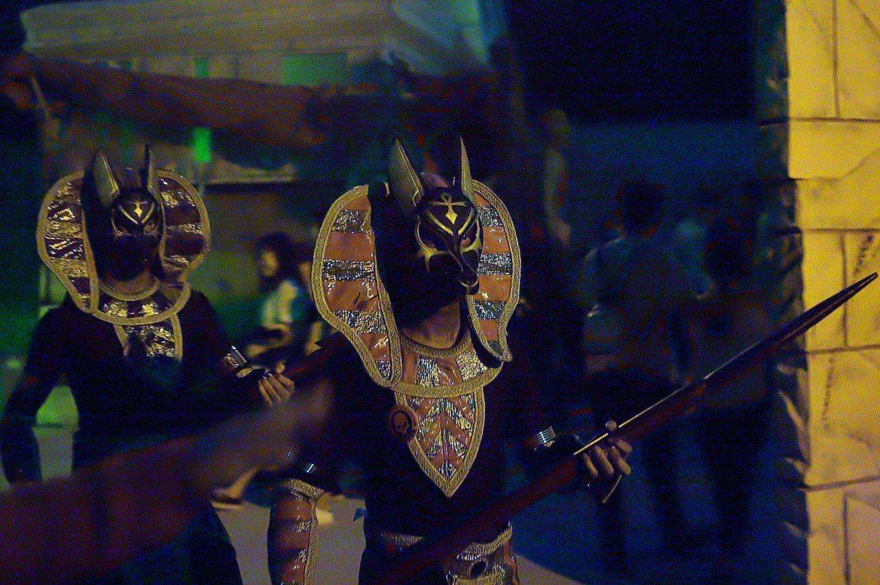 穿戴全套裝備的埃及古士兵,經常會一邊巡場同時嚇人。記者陳睿中/攝影