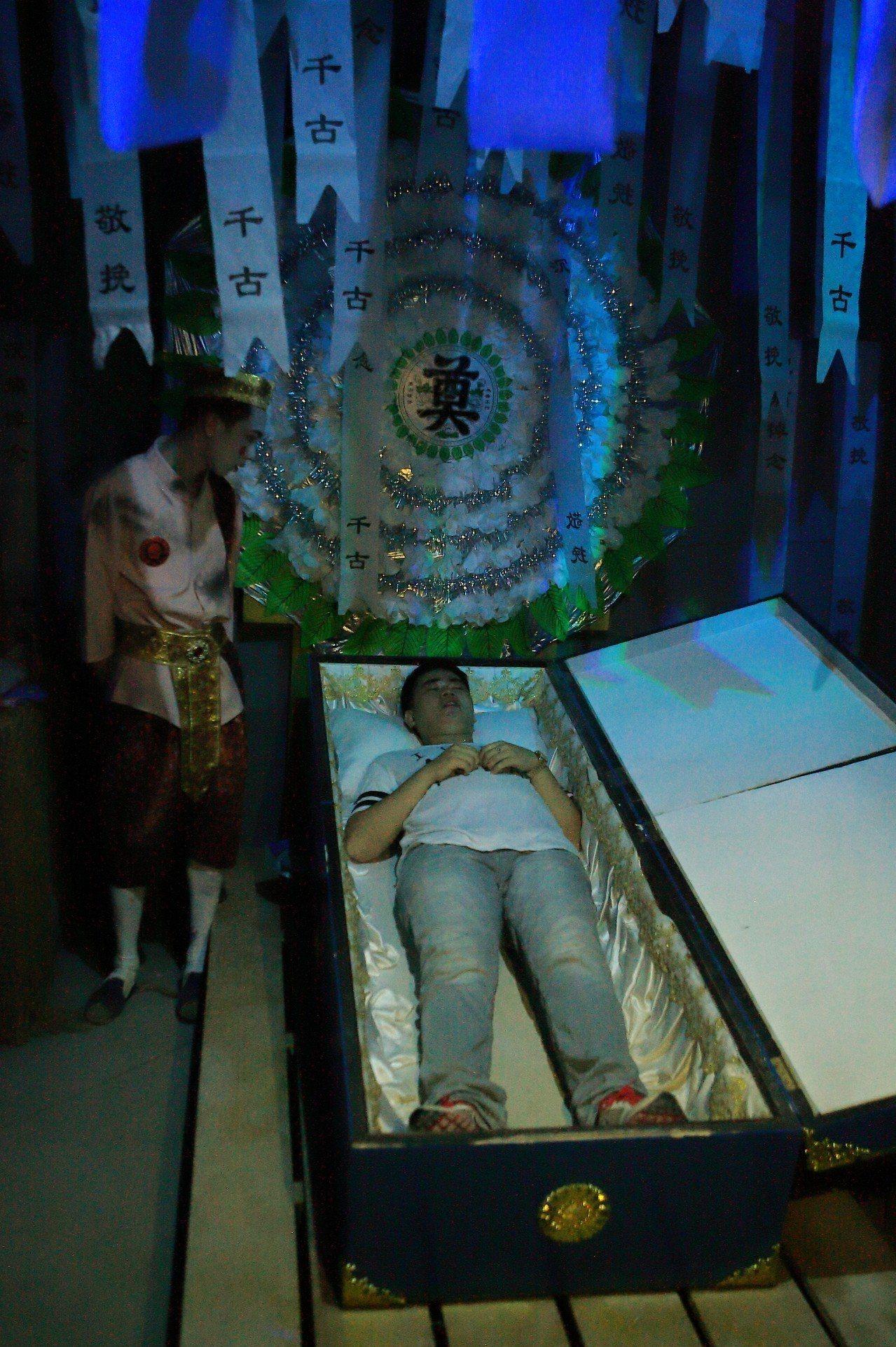 許多人搶著感受「躺棺材」的特殊體驗。記者陳睿中/攝影