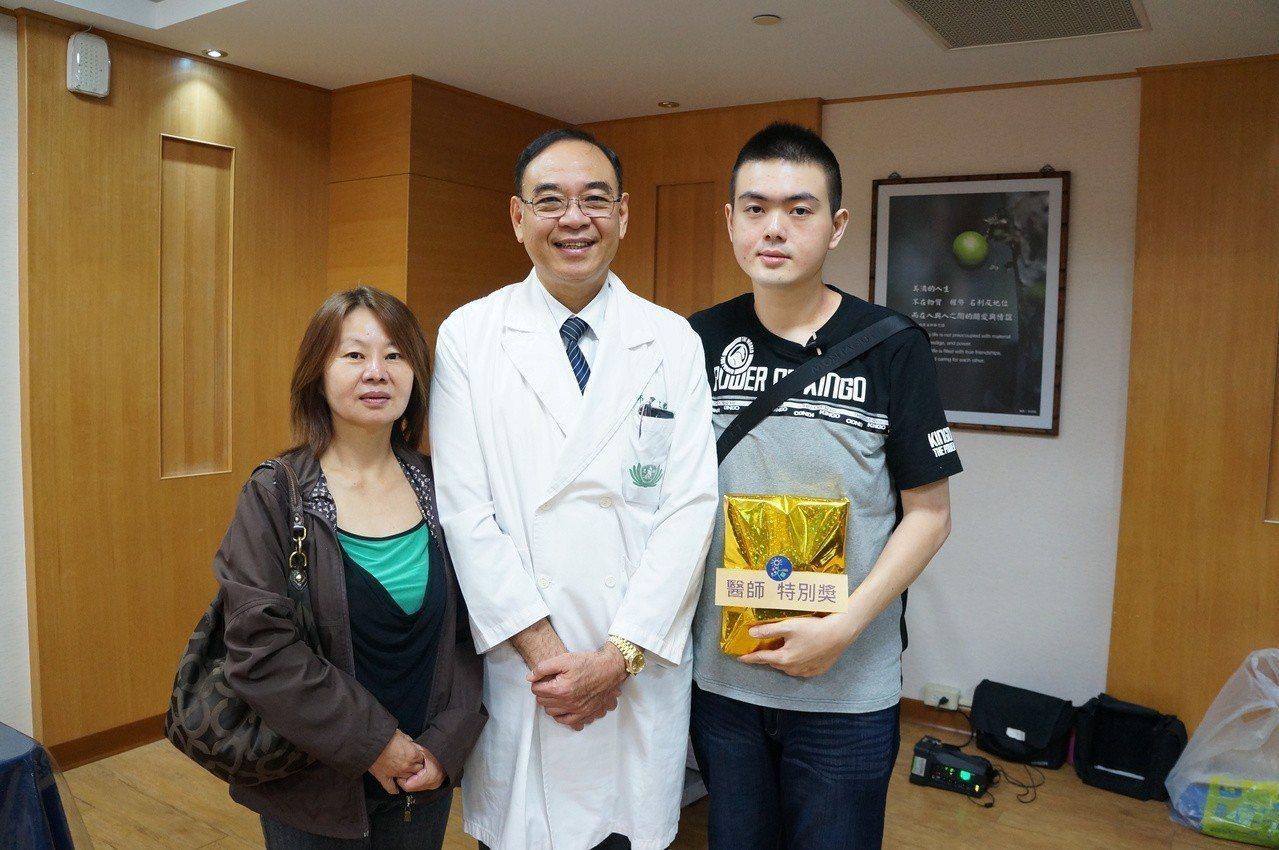 27歲李品諺(右)感謝醫療團隊和尹文耀醫師(中),他在減重代謝手術的病友會中分享...