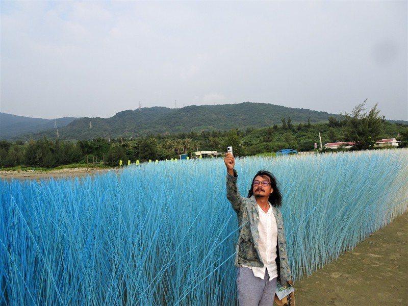 游文富的作品「迎風竹浪」,讓8萬根藍白竹籤隨落山風合奏出大自然交響樂章,民眾形容是名副其實地「聽風的歌」。記者潘欣中/攝影