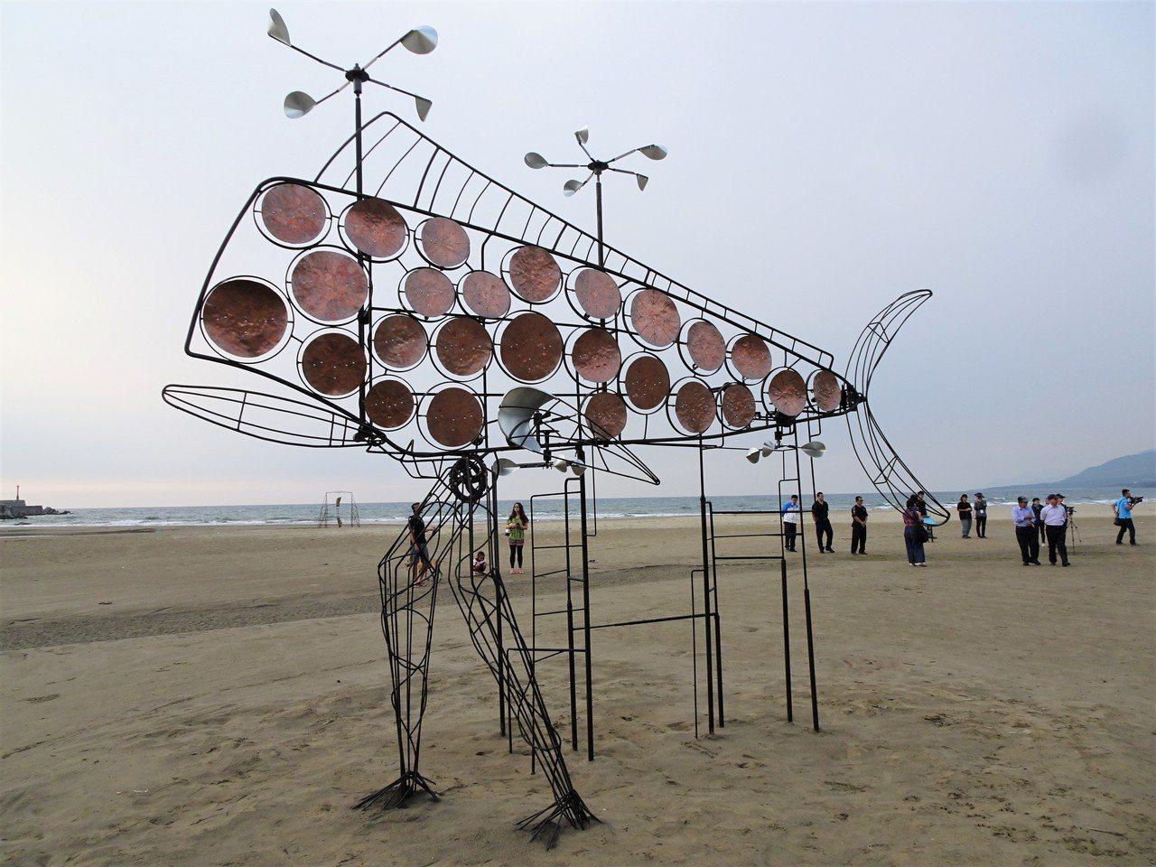 長達4個月的屏東落山風藝術季昨天展開,主場地海口港沙灘上李維睦的作品「走那鬼頭刀...