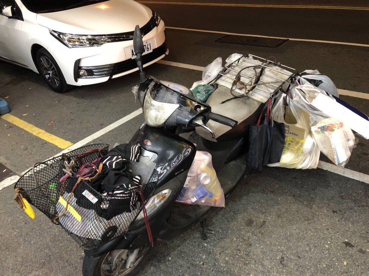 蘇姓老婦人騎機車沿路撿回收物,警員認出這一輛機車。記者周宗禎翻攝