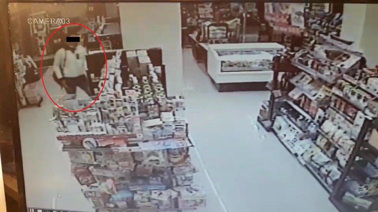 台中市張姓男子涉嫌在月初到南區兩家超商行竊遊戲光碟、點數,警方循線將他逮捕歸案。...