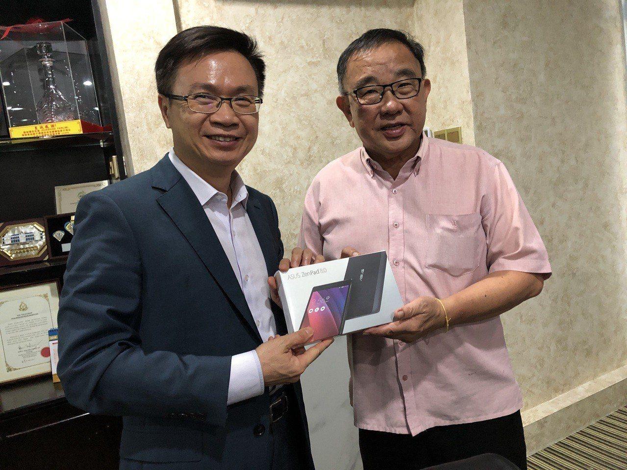 貿協董事長黃志芳(左)拜訪瑞華機構董事長黃天隆洽談引進台灣商品。圖/貿協提供