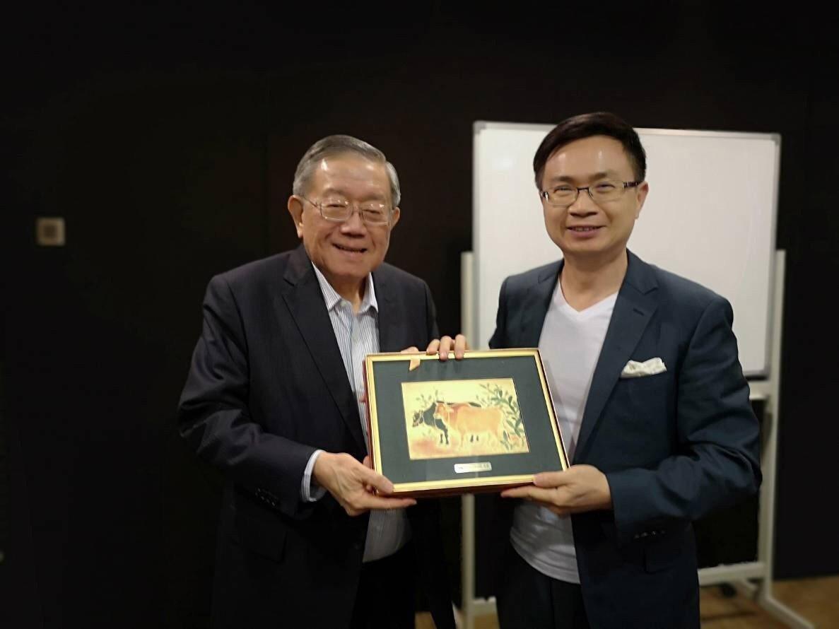 貿協董事長黃志芳(右)拜訪金獅集團主席鍾廷森洽談通路合作。圖/貿協提供