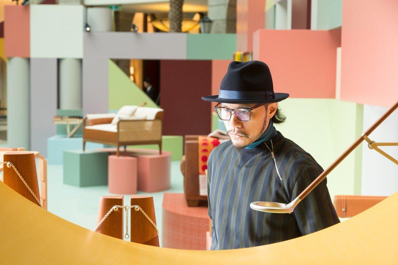 用色活潑的巨型積木空間,可說是本次展覽最大的特色之一,大量帶灰或帶紫的彩色調用色...